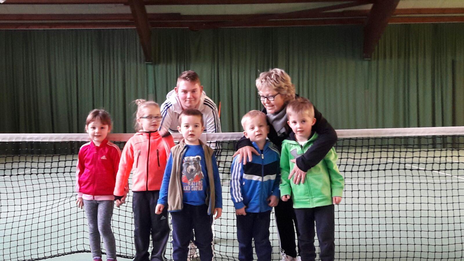 Übungsleiterin Anna Schwarz mit ihrem Assistenten Mirko Vick und unten von links Emile, Maxima, Benno, Marten und Till